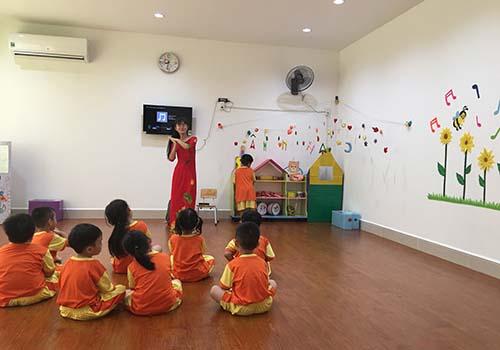 Cô giáo dạy nhạc cho các bé