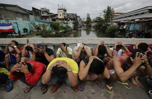 Một nhóm người bị cảnh sát Philippines bắt trong đợt truy quét ma túy hôm 7-10. Ảnh: AP