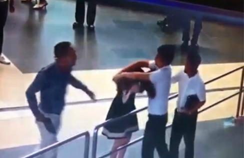 Hai hành khách đánh nữ nhân viên hàng không - ảnh: cắt từ clip