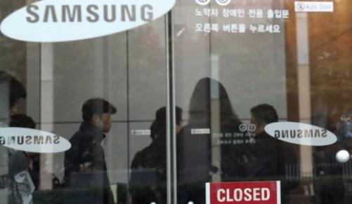 Nhà báo xuất hiện tại trụ sở chính của Samsung Electronics ở Seoul hôm 8-11. Ảnh: EPA