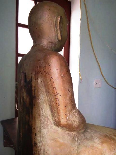 Hông và phía sau của bức tượng