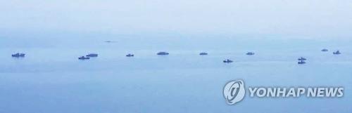 Tàu Trung Quốc đánh bắt cá trong lãnh hải Triều Tiên hồi tháng 6. Ảnh: YONHAP