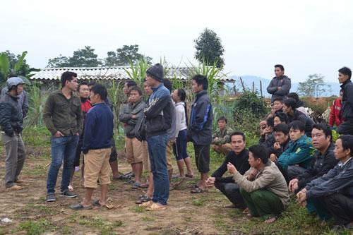 Người dân thôn Tà Ngảo bàng hoàng khi biết sự việc - Ảnh: Gia Phan