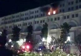 Đám cháy bùng lên tại tòa nhà Union Square vào rạng sáng cùng ngày (ảnh cắt từ clip)