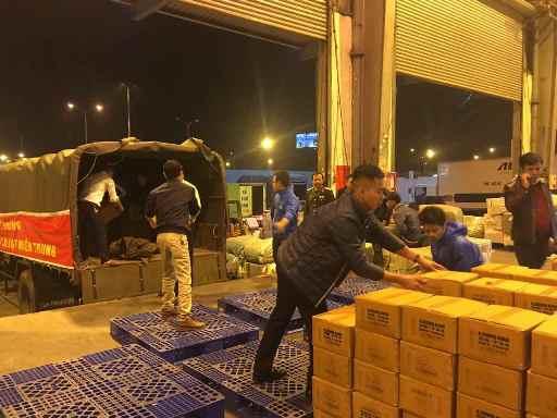 30 tấn lương khô được bàn giao, đóng gói, dán nhãn ngay trong đêm 16-12