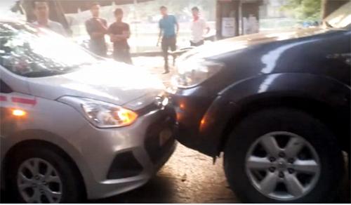Chiếc xe biển xanh đi vào đường cấm và đấu đầu với chiếc xe taxi (trái) - Ảnh cắt từ clip