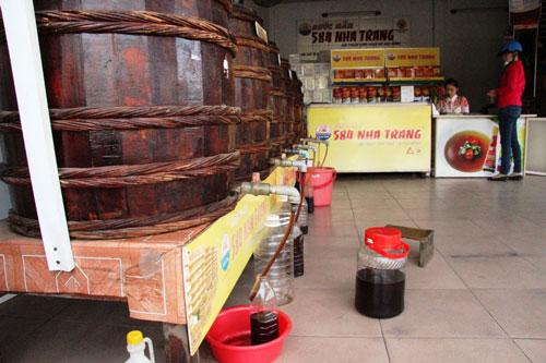 Ngành sản xuất nước mắm truyền thống đang đối mặt nhiều khó khăn Ảnh: KỲ NAM