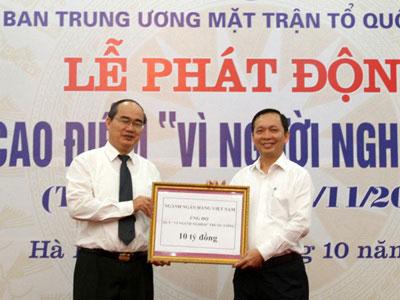 Chủ tịch Ủy ban Trung ương MTTQ Việt Nam Nguyễn Thiện Nhân tiếp nhận 10 tỉ đồng đóng góp của ngành ngân hàng
