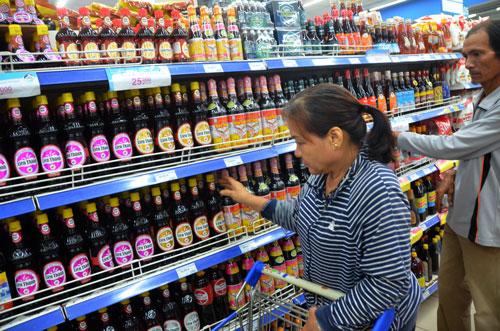 Người mua khó phân biệt được nước mắm truyền thống với nước mắm công nghiệp Ảnh: TẤN THẠNH