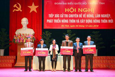 Ông Hồ Văn Sơn - thành viên HĐTV Agribank và bà Nguyễn Thị Diên - Giám đốc Agribank Hà Tĩnh - trao 20 tỉ đồng của Agribank ủng hộ xây dựng 4 trường học tại Hà Tĩnh