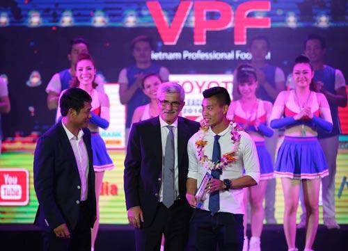 Vũ Văn Thanh nhận giải thưởng Cầu thủ trẻ xuất sắc nhất V-League 2016 Ảnh: QUANG LIÊM