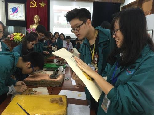Học sinh Trường THCS Nguyễn Tất Thành (Hà Nội) trong một tiết học tích hợp về lịch sử và mỹ thuật qua tranh dân gian