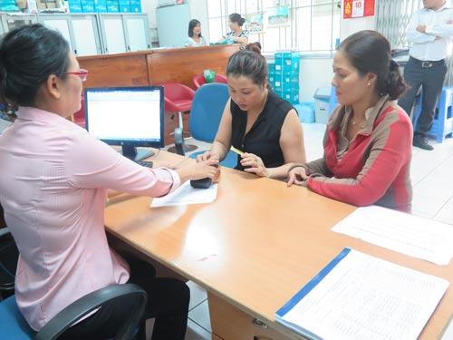 Phụ huynh sử dụng thẻ đóng học phí cho con tại Trường THPT Tân Phong, quận 7, TP HCM