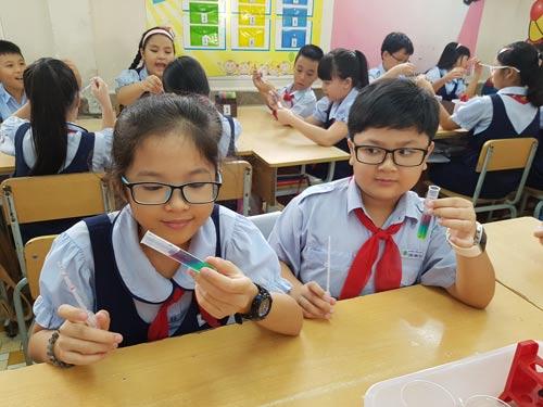 Học sinh Trường Tiểu học Lương Định Của (quận 3, TP HCM) đang làm thí nghiệm hóa học