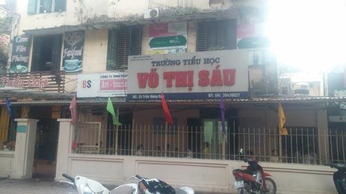 Trường Tiểu học Võ Thị Sáu (quận Hoàn Kiếm, TP Hà Nội) nằm trong chung cư lẫn với hàng quán