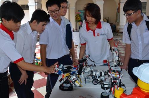 Học sinh một trường chuyên tại TP HCM tham gia hoạt động ngoại khóa Ảnh: TẤN THẠNH