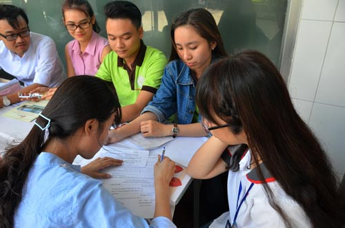 Thí sinh làm hồ sơ xét tuyển vào Trường ĐH Công nghiệp TP HCM Ảnh: TẤN THẠNH