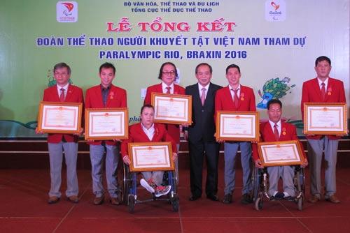 VĐV Lê Văn Công (thứ hai từ phải sang) cùng các HLV, VĐV được vinh danh