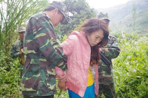 Lực lượng chức năng tỉnh Lai Châu bắt một đối tượng buôn bán người Ảnh: QUANG DUY