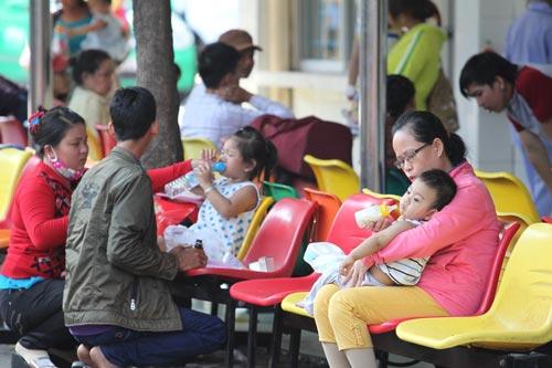 Trẻ em khám bệnh tại Bệnh viện Nhi Đồng 1 Ảnh: HOÀNG TRIỀU