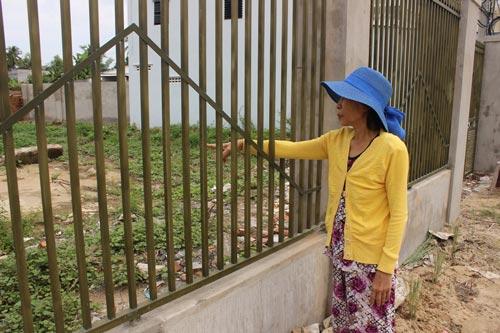 Bà Dương Thị Xuân xót xa nhìn khu mộ ông bà bị đập phá phía trong mảnh vườn