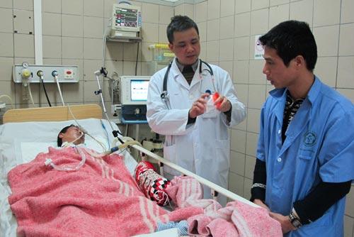 Một trường hợp ngộ độc rượu đang được điều trị tại Trung tâm Chống độc - Bệnh viện Bạch Mai. Ảnh: NGỌC DUNG