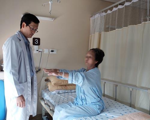 Một bệnh nhân Parkinson đang được điều trị tại Bệnh viện Đại học Y Dược TP HCM