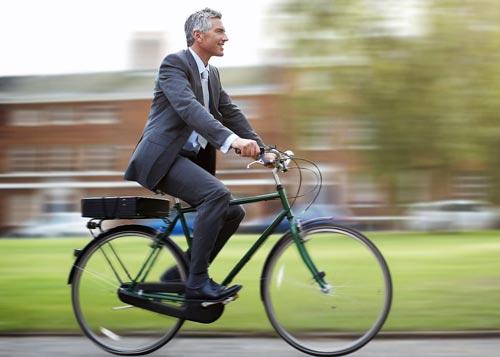 Tỉ lệ mắc bệnh tim và cơn đau tim thấp hơn đáng kể ở những người đạp xe đến nơi làm việc Ảnh: THE HUFFINGTON POST