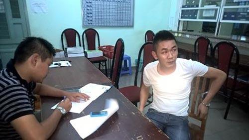 Nguyễn Văn Hiền (phải) tại cơ quan công an
