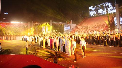 Chương trình biểu diễn trong lễ diễu binh, diễu hành kỷ niệm 40 năm giải phóng miền Nam, thống nhất đất nước (30-4-2015) với hàng ngàn văn nghệ sĩ tham gia Ảnh: Nguyễn Duy