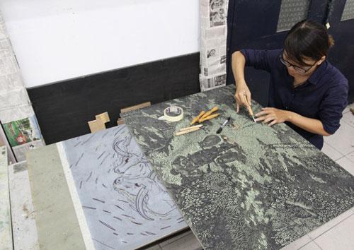Lê Thị Như Hoài đang khắc một bức tranh gỗ
