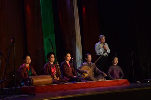 Nhà thơ Nguyễn Duy (đứng) cùng các nghệ sĩ trình diễn trên sân khấu trong đêm diễn hát thơ tại TP HCM
