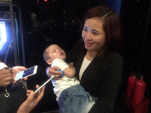 """Chị Hoàng Thị Kim Dung - nhân vật trong """"Mầm sống"""" - bế trên tay đứa con được sinh ra từ tinh trùng của người cha qua đời cách đó hơn 3 năm"""