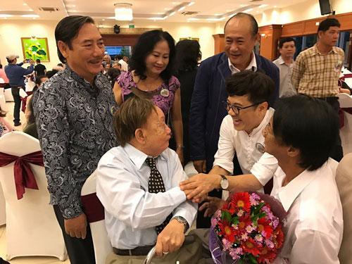 NSƯT Thành Lộc vui mừng gặp lại NSƯT Thành Trí trong buổi họp mặt Ảnh: THANH HIỆP