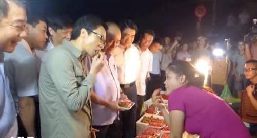 Phó Thủ tướng Vũ Đức Đam ăn thử dâu tây tại chợ