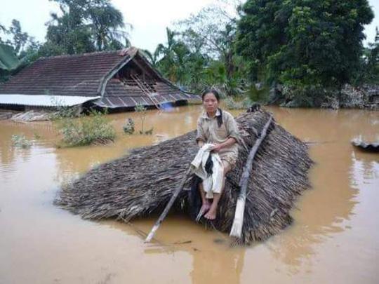 Nước lũ dâng gần lút nóc nhà người dân ở huyện Tuyên Hóa, Quảng Bình-Ảnh: Ngọc Hà