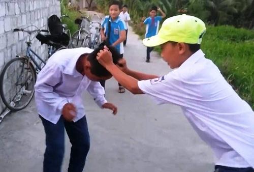 Hình ảnh em học sinh bị đánh - Ảnh cắt từ clip