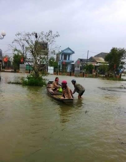 Người dân xã Quảng Thành (Thừa Thiên- Huế) đi lại bằng ghe (ảnh Quang Nhật)
