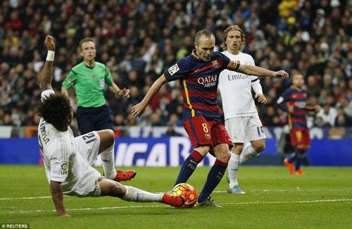 Iniesta kịp bình phục sẽ là động lực cho tuyến giữa của Barca trước trận siêu kinh điển Ảnh: REUTERS