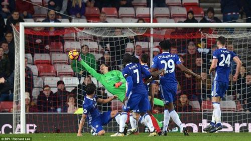 Thủ môn Courtois với pha cứu bóng cuối trận, giúp Chelsea bảo toàn chiến thắng trước Sunderland Ảnh: BPI