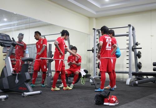 Đội tuyển chủ nhà Myanmar trong buổi tập thể lực trước trận gặp Việt Nam vào ngày 20-11 Ảnh: NGỌC LINH