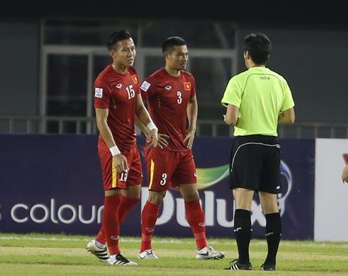 Đình Luật (3), một trong hai thành viên tuyển Việt Nam bị thẻ đỏ ở AFF Cup 2016 Ảnh: ANH ĐỨC