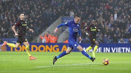Kolarov (trái) phạm sai lầm trong cả 3 tình huống Vardy ghi bàn cho Leicester dù cuối trận ghi 1 bàn từ pha đá phạt trực tiếp Ảnh: PL ASSOCIATIONS