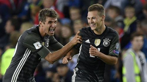 Mueller (trái) đang tìm lại bản năng săn bàn tại vòng loại World Cup cùng tuyển Đức Ảnh: REUTERS