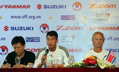 Thủ môn đội trưởng Ri Myong Guk (giữa) và HLV Andersen trong cuộc họp báo trước trận Ảnh: QUANG LIÊM