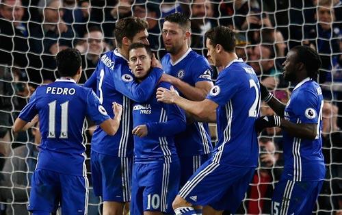 Các cầu thủ Chelsea chúc mừng Hazard (thứ hai từ trái sang) sau khi nâng tỉ số 2-0 ở trận thắng Bournemouth Ảnh: REUTERS