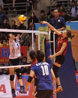 Kim Huệ (phải) của VietinBank trong pha tấn công ăn điểm ở trận chung kết Ảnh: THU LÊ