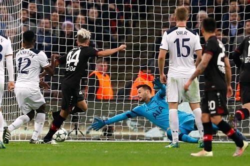 Tài năng của thủ môn Lloris không giúp Tottenham thoát khỏi 2 trận thua trên sân nhà ở Champions League Ảnh: REUTERS