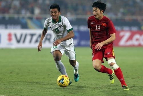 Xuân Trường (phải) với nỗi lo quá tải khi đầu gối quấn băng trong suốt AFF Cup 2016, sắp tới còn dự Giải U21 quốc tế Ảnh: QUANG LIÊM