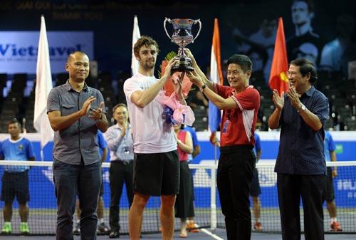 Thompson nhận cúp Vietnam Open 2016 tối 16-10
